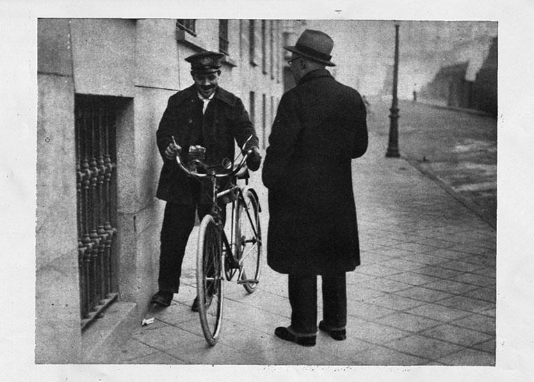 Manuel Fernández, el sereno de vanguardia, que presta servicio en bicicleta, expone sus teorías renovadoras a nuestro compañero Juan de Almanzora. (Foto: Alfonso)